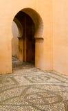 Entrata dell'arco del buco della serratura in costruzione spagnola antica Fotografia Stock