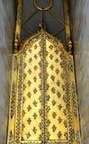 Entrata dell'arco dell'oro in tempio tailandese fotografia stock libera da diritti