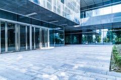Entrata dell'edificio per uffici moderno fotografie stock libere da diritti