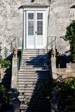 Entrata della Camera con le scale e l'arbusto fotografia stock libera da diritti