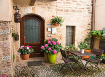Entrata della Camera con mobili da giardino ed i vasi da fiori Fotografia Stock