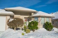 Entrata della casa di lusso con l'iarda anteriore in neve Immagine Stock Libera da Diritti
