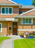 Entrata della casa residenziale in vicinanza perfetta Famiglia h fotografia stock libera da diritti
