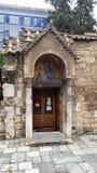 Entrata della chiesa di Kapnikarea in Plaka, Atene, Grecia fotografie stock libere da diritti