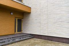 Entrata della costruzione e progettazione moderne del portico fotografia stock