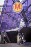 Entrata della metropolitana con il tetto di vetro moderno porpora immagini stock