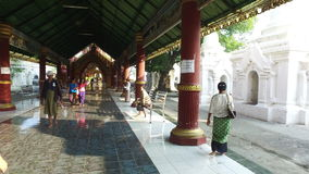 Entrata della pagoda di Kuthodaw, Manadalay archivi video