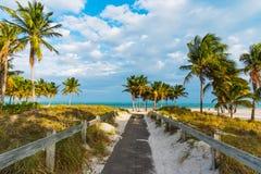Entrata della spiaggia nel parco di Crandon a Key Biscayne immagini stock libere da diritti