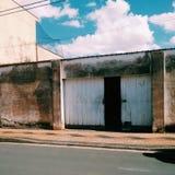 Entrata della tettoia rustica con la porta semiaperta fotografia stock