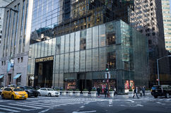 Entrata della torre di Trump osservata dall'altro lato della via Fotografia Stock