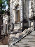 Entrata delle scala alla tomba di KHAI DINH, un monumento dell'imperatore di re del VIETNAM Fotografia Stock Libera da Diritti