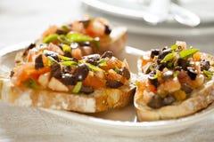 Entrata di Bruschetta delle olive e del pomodoro Fotografie Stock