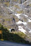 Entrata di Homer Tunnel sulla strada principale di stato 94, la strada a Milford Sound nel parco nazionale del Fjordland della Nu fotografie stock