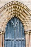 Entrata di legno del dettaglio del portone della parte anteriore della cattedrale di Peterborough all'aperto fotografia stock libera da diritti