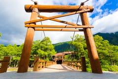 Entrata di legno della posta del ponte di Bashi della kappa di Kamikochi Immagini Stock