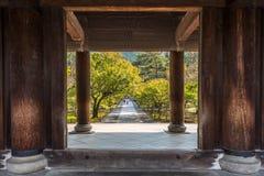 Entrata di legno di un tempio giapponese a Kyoto Immagini Stock