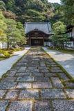 Entrata di legno di un tempio giapponese a Kyoto Fotografia Stock