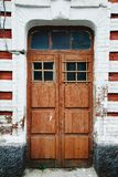 Entrata di legno in muro di mattoni Fotografia Stock Libera da Diritti