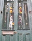 Entrata di New Orleans Luisiana con gli scheletri ed i fiori di voodoo fotografia stock