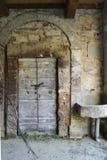 Entrata di pietra abbandonata Fotografie Stock