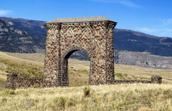 Entrata di pietra dell'arco al parco nazionale di Yellowstone Immagine Stock