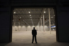 Entrata di Standing At Warehouse dell'uomo d'affari fotografia stock libera da diritti