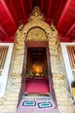 Entrata di tempio molto bello di Wat Phra Singh fotografia stock