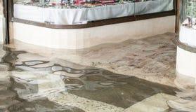 Entrata di un deposito durante l'alta marea a Venezia Fotografie Stock Libere da Diritti