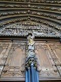 Entrata di una cattedrale con gli statuti Immagine Stock Libera da Diritti