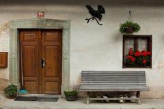 Entrata domestica della porta in villaggio alpino sloveno fotografia stock libera da diritti
