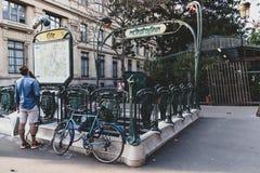 Entrata e mappa di Parigi Metropolitain immagine stock libera da diritti