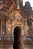 Entrata elaborato scolpita dello stupa buddista antico Immagini Stock