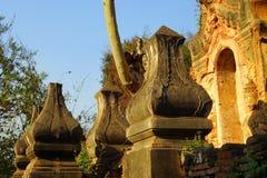 Entrata elaborato scolpita dello stupa buddista antico Immagini Stock Libere da Diritti