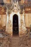 Entrata elaborato scolpita dello stupa buddista antico immagine stock