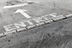 Entrata francese del testo, segnaletica stradale bianca immagine stock libera da diritti