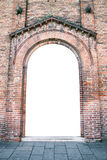 Entrata incurvata di una chiesa medievale adatta come struttura Immagine Stock