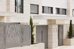 Entrata moderna dell'edificio residenziale Proprietà della proprietà St del marmo Fotografia Stock Libera da Diritti
