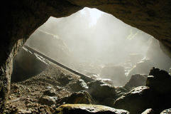 Entrata nebbiosa della caverna, Romania Immagini Stock