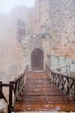 Entrata nel castello medioevale di Ajlun in giorno nebbioso fotografie stock