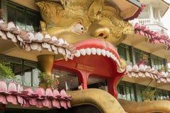 Entrata nel tempio dorato buddista in Dambulla, Sri Lanka Fotografia Stock Libera da Diritti