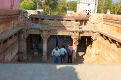 Entrata occidentale dalla cima Adalaj Stepwell, Ahmedabad, Gujarat, India immagini stock libere da diritti