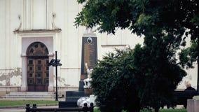 Entrata principale al tempio ortodosso, porta affianco del monumento stock footage