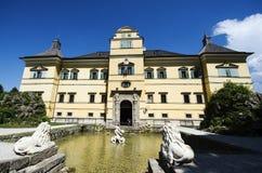 Entrata principale del castello di Hellbrunn con i leoni immagini stock