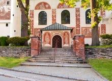 Entrata principale della chiesa cattolica della st Cunigunde, repubblica Ceca immagini stock libere da diritti
