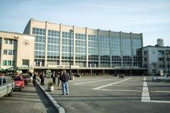 Entrata principale della stazione ferroviaria di Sarajevo con i tassisti nella parte anteriore suo la stazione centrale fotografie stock libere da diritti