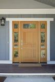Entrata principale di legno chiusa di una casa fotografia stock