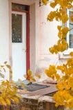 Entrata principale di legno di una casa dell'alta società Vista di un'entrata principale di legno su una casa rossa con gli accen Immagini Stock Libere da Diritti