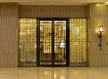 entrata principale di una casa dell'alta società con una luce illuminata della parete Immagine Stock
