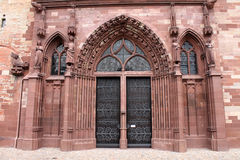 Entrata principale gotica dell'arenaria della cattedrale della Svizzera, Basilea Immagini Stock Libere da Diritti