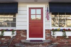 Entrata principale rossa di una casa americana Fotografia Stock Libera da Diritti